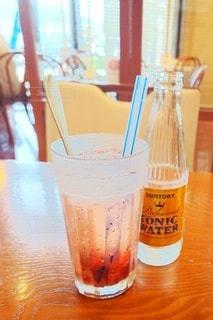 テーブルの上のジュースの写真・画像素材[2340216]