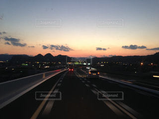高速道路を下る車の眺めの写真・画像素材[2327951]