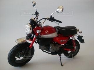 道路の脇に駐車したオートバイの写真・画像素材[2333771]