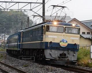 早朝の機関車の写真・画像素材[2356344]