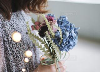 花を持っている人の写真・画像素材[2392269]