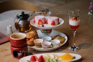 皿の上に食べ物の皿をトッピングしたテーブルの写真・画像素材[2412288]