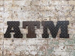金型のATMサイン、石造りの建物にての写真・画像素材[2435912]