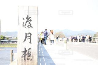 ビーチの上を歩く人々 のグループの写真・画像素材[1085170]