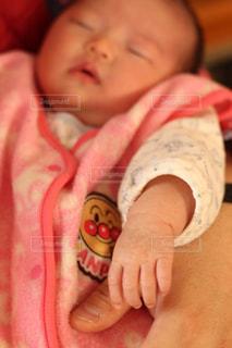 赤ん坊を持っている人 - No.1170876
