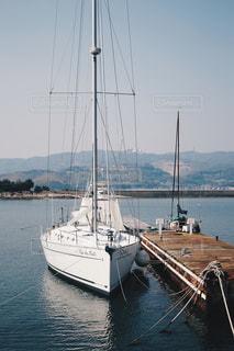 水の体の横にボートをドッキングします。の写真・画像素材[1174325]