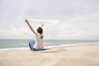 ビーチで風を感じる女性の写真・画像素材[1283182]