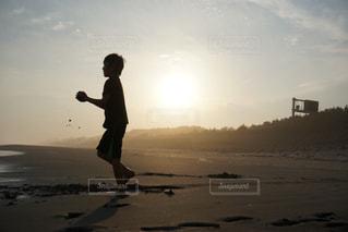砂浜で遊ぶ少年の写真・画像素材[1283190]