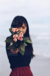 花を持っている女の子の写真・画像素材[1450727]