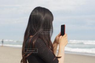 携帯電話で通話中の女性の写真・画像素材[1450770]