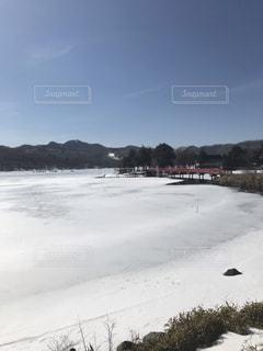 氷の張った湖の写真・画像素材[2331732]