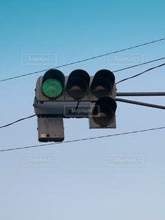 ワイヤーからぶら下がっている信号機の写真・画像素材[2335757]