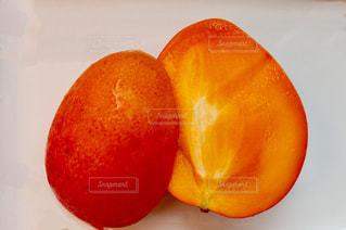半分に切ったマンゴーの写真・画像素材[2333321]