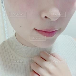 自分撮りを取るピンクの髪を持つ人のクローズアップの写真・画像素材[2792905]