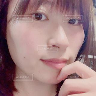 自分撮りを取るピンクの髪を持つ女性のクローズアップの写真・画像素材[2822229]