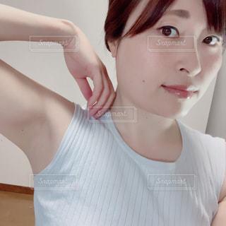白いシャツを着た女性の写真・画像素材[3132306]
