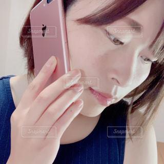 携帯電話で話している眼鏡をかけた女性の写真・画像素材[3132321]