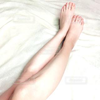 ベッドに横たわっている人の写真・画像素材[3306618]