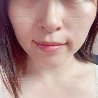 カメラを見ているピンクの髪の女性のクローズアップの写真・画像素材[3329609]
