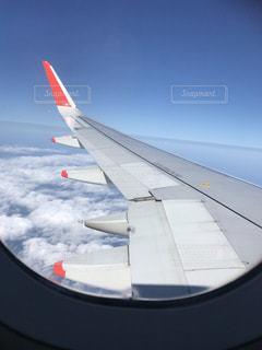 空を飛んでいる飛行機の写真・画像素材[2332560]