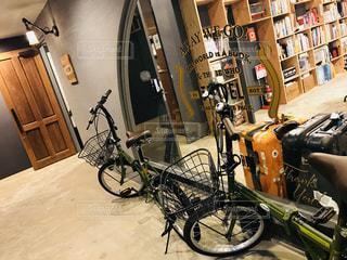 部屋の横に駐車した自転車の写真・画像素材[2332562]