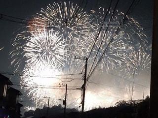 電柱越しの花火の写真・画像素材[2333084]