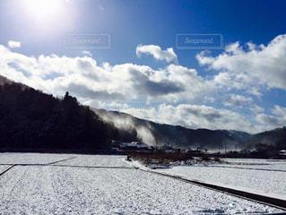 雪に覆われた山の写真・画像素材[2335791]