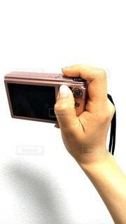 デジカメを持つ手の写真・画像素材[2343654]