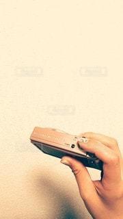 デジカメを持つ手の写真・画像素材[2343651]