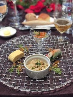 テーブルの上の食べ物の皿の写真・画像素材[2351936]