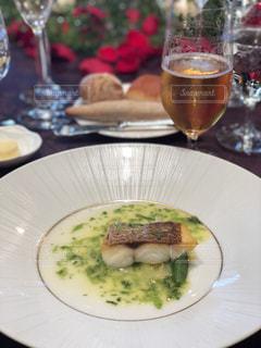 食べ物とワイングラスの皿のクローズアップの写真・画像素材[2351937]