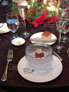 ワイングラス付きのダイニングテーブルの写真・画像素材[2351938]