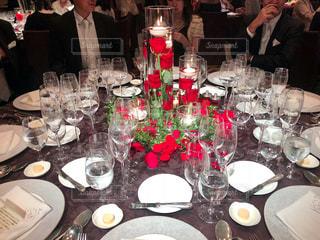 ワイングラスを持ってテーブルに座っている人々のグループの写真・画像素材[2351942]