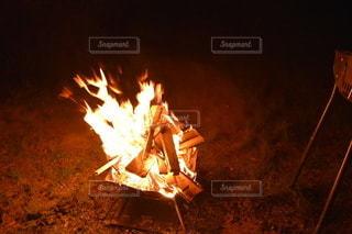 ソロキャンプスタイルのたき火の写真・画像素材[2436601]