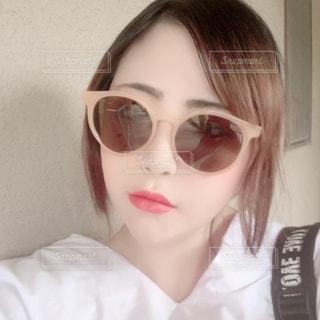 自分撮りをするサングラスをかけた女性のクローズアップの写真・画像素材[2337082]
