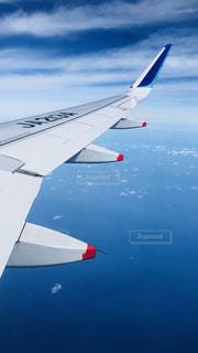 水域の上を飛ぶ飛行機の写真・画像素材[2337454]