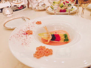 テーブルの上の食べ物の皿の写真・画像素材[2337517]