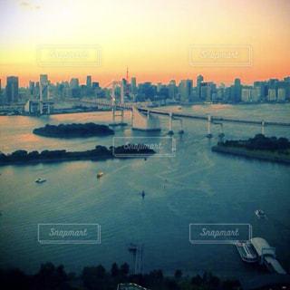 都市を背景にした大きな水域の写真・画像素材[2356093]
