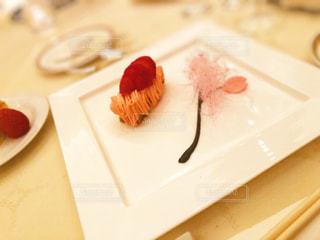 皿の上の食べ物のクローズアップの写真・画像素材[2356575]