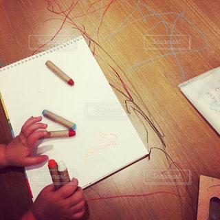 テーブルで絵を描くの写真・画像素材[2380713]