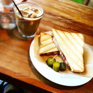 木製のテーブルの上の食べ物の皿の写真・画像素材[2380982]