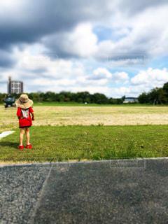 野原に立っている小さな女の子の写真・画像素材[2406882]