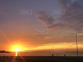 地平線に浮かぶ夕焼けの写真・画像素材[2484904]