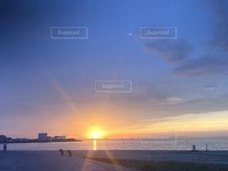 地平線に浮かぶ夕焼けの写真・画像素材[2484906]