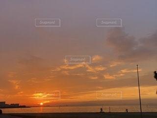 夕焼けに寄り添う2人の写真・画像素材[2484911]