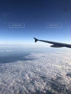 空高く飛ぶ大きな飛行機の写真・画像素材[2502642]