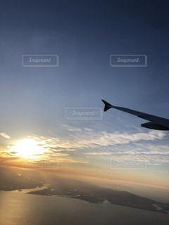 空を飛ぶ飛行機の写真・画像素材[2502643]