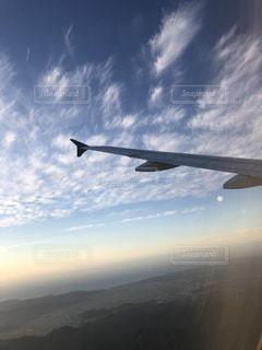 空高く飛ぶ大きな飛行機の写真・画像素材[2502644]