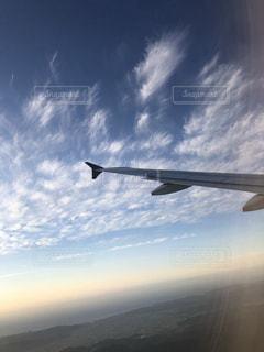 空を飛ぶ大きな飛行機の写真・画像素材[2502645]