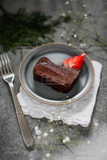 ガトーショコラ いちごを添えての写真・画像素材[2354008]
